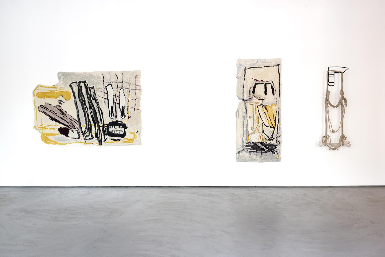 Installationsansicht Arbeiten von Pia Ferm, darunter zwei getuftete Teppiche eine Wandskulptur aus Metall und Seil.