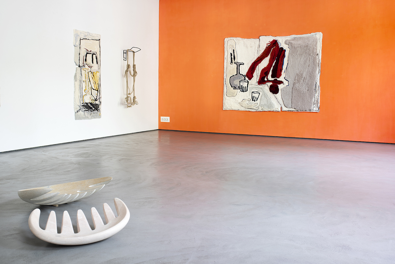 Installationsansicht Arbeiten von Pia Ferm, darunter Marmorskulpturen, getuftete Teppiche sowie eine Wandskulptur aus Metall und Seil.
