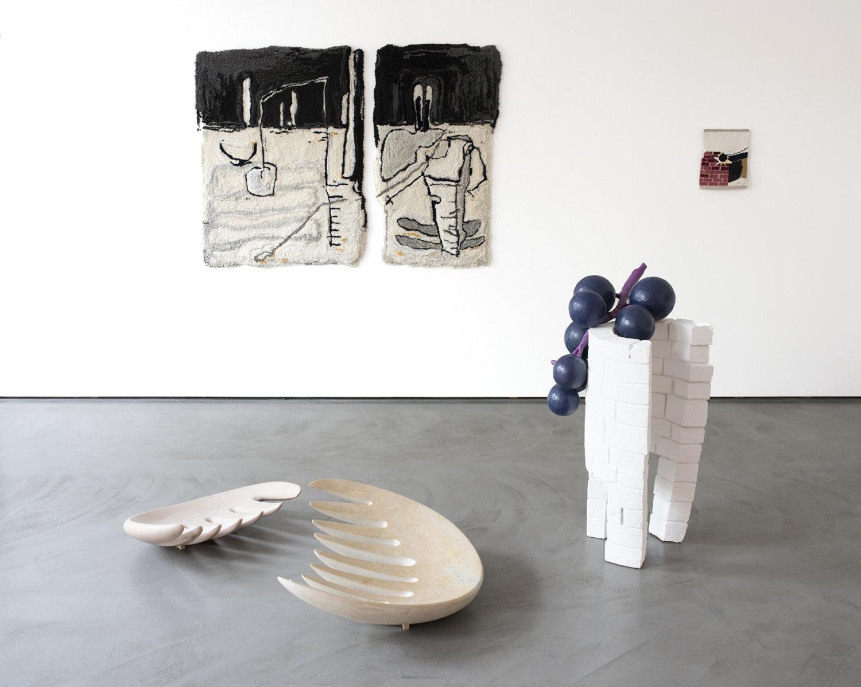 Installationsansicht Arbeiten von Pia Ferm, darunter Marmorskulpturen, getufteter Teppich sowie eine kleine Weberei.