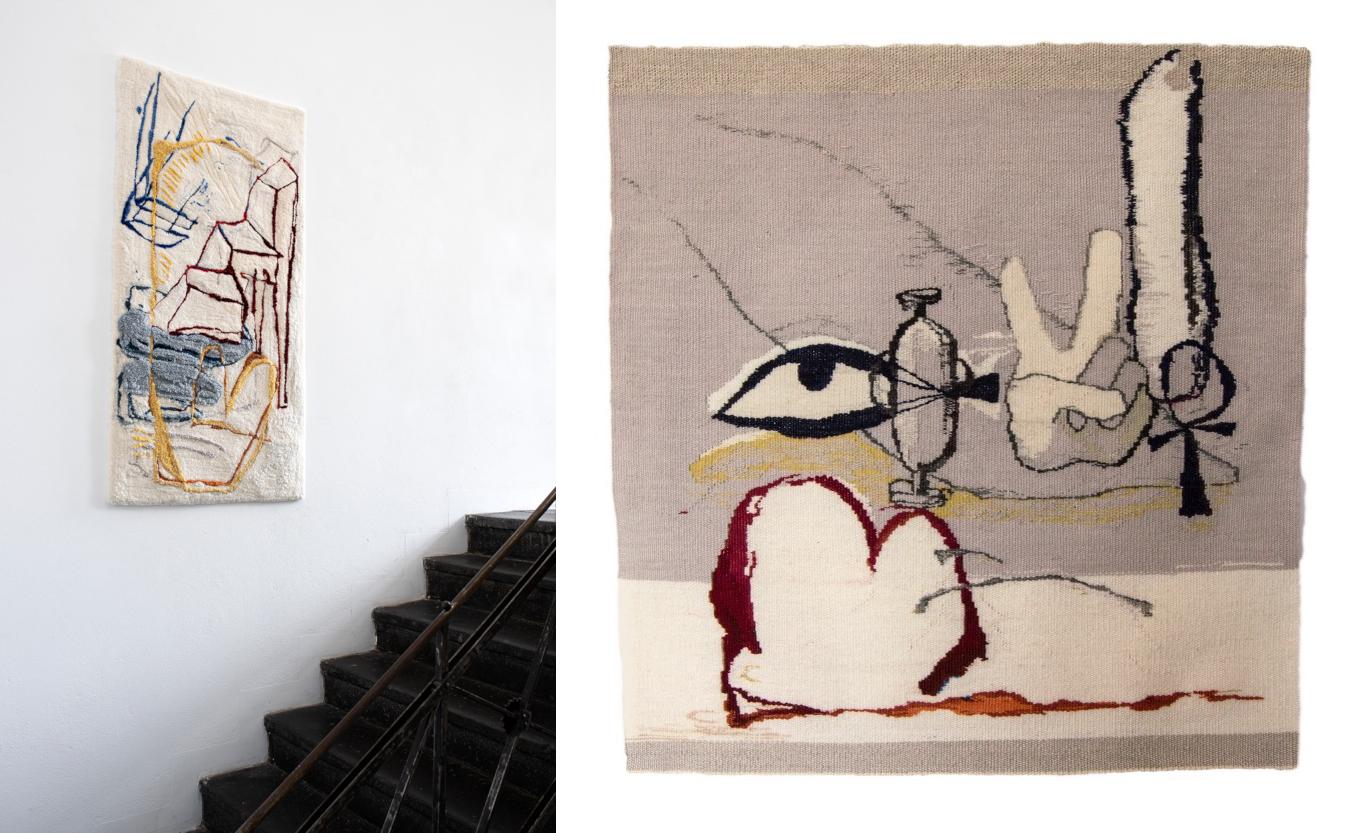 Links: eine getuftete Arbeit von Pia Ferm hängt im Treppenaufgang der Galerie Judith Andreae, rechts: eine Webarbeit von Pia Ferm, zu erkennen sind ein Auge und eine Victory-Zeichen.