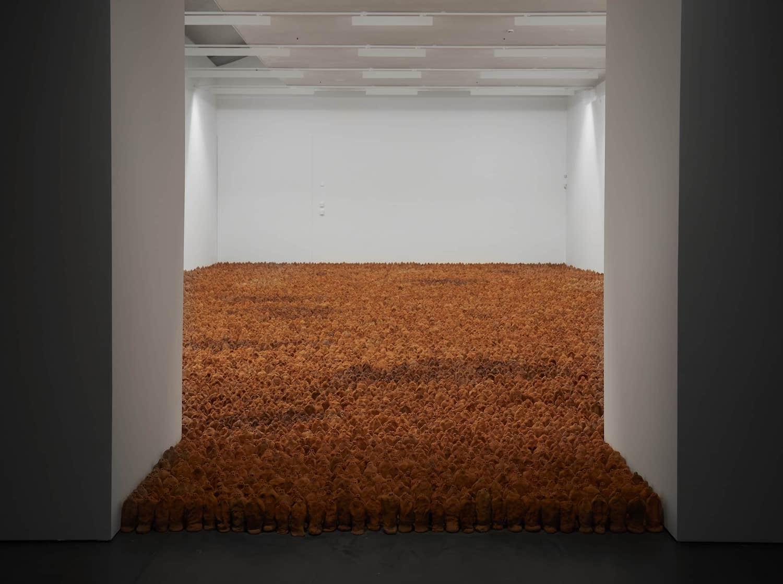 Unzählige kleine Tonfiguren von Antony Gormley bedecken die komplette Fläche eines Raums im HEART Museum in Herning.
