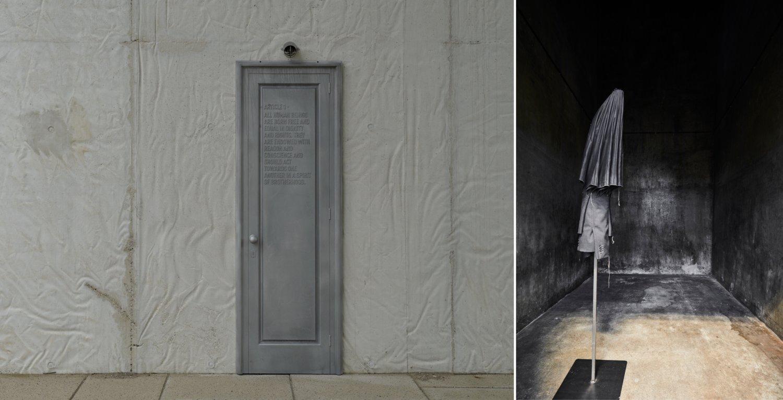 Links eine Aluminiumtür von Jaume Plensa, auf die Artikel eins der Allgemeinen Erklärung der Menschenrechte geprägt ist. Rechts eine schwarze Textilskulptur von Kari Anne Helleberg Bahri, eine Art Kombination aus Schirm und Jackett.